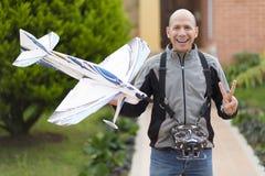 Homem feliz que aprecia Airplane modelo Imagens de Stock