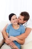 Homem feliz que beija sua amiga fotos de stock