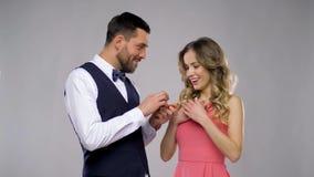 Homem feliz que dá o anel de noivado à mulher vídeos de arquivo