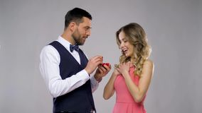 Homem feliz que dá o anel de noivado à mulher video estoque