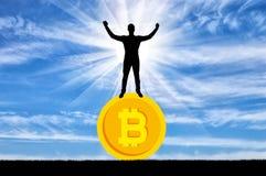 Homem feliz que está em um bitcoin da moeda Fotos de Stock