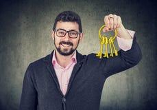 Homem feliz que guarda chaves velhas fotos de stock royalty free
