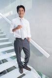 Homem feliz que guarda a flauta do champanhe Imagem de Stock