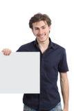 Homem feliz que guarda um sinal ou uma bandeira vazia fotos de stock