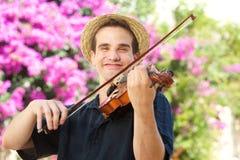 Homem feliz que joga o violino fora fotografia de stock