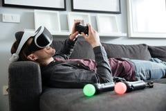 Homem feliz que senta em casa jogos do jogo com vidros 3d Fotografia de Stock Royalty Free