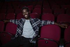 Homem feliz que senta-se no teatro foto de stock