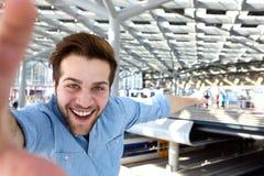 Homem feliz que toma o selfie e apontar fotografia de stock royalty free