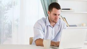 Homem feliz que trabalha em casa video estoque