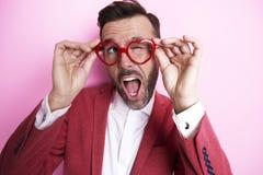 Homem feliz que veste vidros engraçados Fotos de Stock