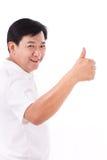 Homem feliz, sorrindo da Idade Média que dá o polegar acima Imagem de Stock