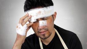 Homem ferido que expressa o conceito do traumatismo principal Fotos de Stock Royalty Free