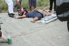 Homem ferido que obtém a ajuda da emergência Fotografia de Stock