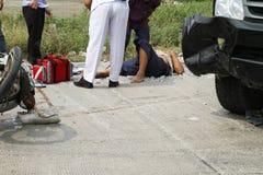 Homem ferido que obtém a ajuda da emergência Foto de Stock