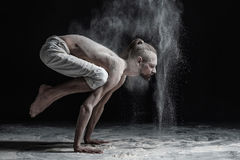 Homem flexível da ioga que faz o brahmachariasana do asana do equilíbrio da mão imagem de stock