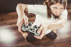 Homem forçado que joga na almofada fotografia de stock royalty free