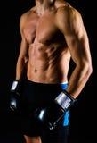 Homem forte com as luvas de encaixotamento pretas Imagem de Stock