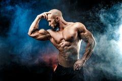 Homem forte do halterofilista com Abs perfeito, ombros, bíceps, tríceps, caixa fotografia de stock