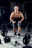 Homem forte do halterofilista com Abs perfeito, ombros, bíceps, tric Fotografia de Stock
