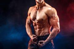 Homem forte do halterofilista em calças militares com Abs perfeitos, ombros, bíceps, tríceps, caixa imagens de stock royalty free
