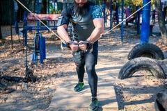 Homem forte durante o treinamento do peso imagens de stock
