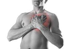 Homem forte novo do esporte do corpo com mãos em seu torso que cobre seu coração em problemas coronários da dor no peito Fotografia de Stock