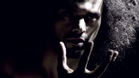 Homem forte que expressa o poder durante a dança filme