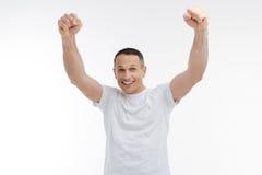 Homem forte que levanta na câmera Imagens de Stock