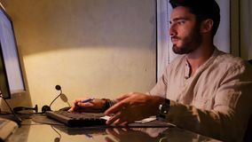Homem frustrante irritado com computador quebrado vídeos de arquivo