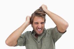 Homem frustrante que puxa seu cabelo imagens de stock