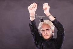Homem furioso com mãos acorrentadas, nenhuma liberdade Imagem de Stock