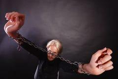 Homem furioso com mãos acorrentadas, nenhuma liberdade Fotografia de Stock Royalty Free