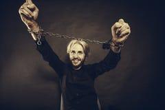 Homem furioso com mãos acorrentadas, nenhuma liberdade Imagens de Stock Royalty Free