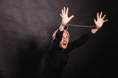 Homem furioso com mãos acorrentadas, nenhuma liberdade Foto de Stock Royalty Free