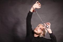 Homem furioso com mãos acorrentadas, nenhuma liberdade Fotos de Stock
