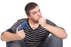 Homem furioso com um manche para o console do jogo imagens de stock