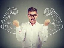 Homem furioso que levanta com força imagens de stock