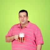 Homem gordo feliz que bebe uma cerveja Imagem de Stock Royalty Free