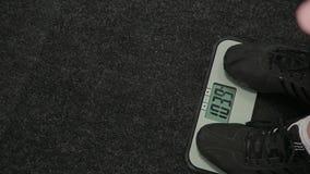 Homem gordo pesado nas escalas no gym video estoque