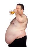 Homem gordo que bebe um frasco da cerveja Fotografia de Stock