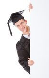 Homem graduado com quadro de avisos branco Imagem de Stock