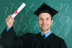 Homem graduado que guarda o certificado do diploma Foto de Stock Royalty Free