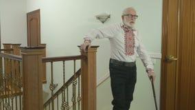 Homem grisalho idoso acima das escadas em casa filme