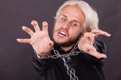 Homem gritando com mãos acorrentadas, nenhuma liberdade Fotografia de Stock