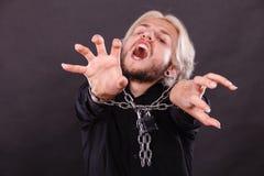 Homem gritando com mãos acorrentadas, nenhuma liberdade Foto de Stock