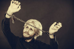 Homem gritando com mãos acorrentadas, nenhuma liberdade Fotos de Stock Royalty Free