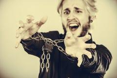 Homem gritando com mãos acorrentadas, nenhuma liberdade Imagem de Stock Royalty Free