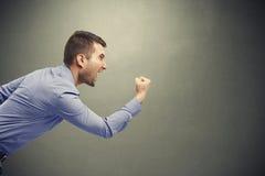 Homem gritando que acena seu punho Fotos de Stock