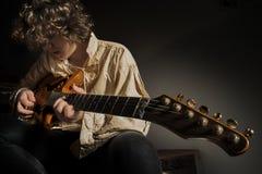 Homem Guitarrista-novo que joga a guitarra Imagens de Stock Royalty Free
