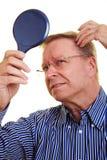 Homem idoso com cabelo fino imagens de stock